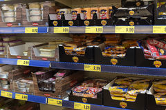 Продукты мяса и рыб полумануфактурные на супермаркете shelves Стоковое Фото