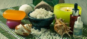 Продукты на деревянном шаре предпосылки с солью моря, seashells курорта Стоковая Фотография RF