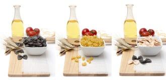 Продукты на таблице, еде для варить итальянские лапши и макаронные изделия - разнообразие хлопья, яичка, оливковое масло, свежее Стоковые Изображения