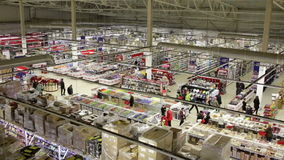Продукты покупки людей в большом супермаркете Взгляд сверху сток-видео