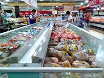 Продукты свежего мяса и птицы продали в гастрономе стоковые изображения