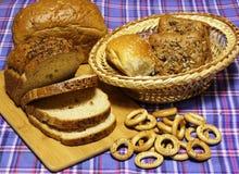 Продукты хлеба пшеницы на голубом тартане стоковые фотографии rf