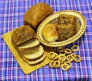 Продукты хлеба пшеницы на голубом тартане стоковая фотография