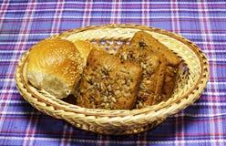 Продукты хлеба пшеницы на голубом тартане Стоковые Фото