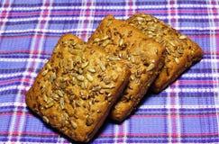 Продукты хлеба пшеницы на голубом тартане стоковое изображение