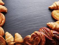 Продукты хлебопекарни аранжированные как рамка на борту стоковые фотографии rf