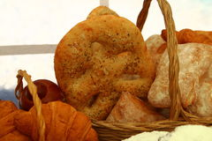 Продукты хлебопекарни в плетеной корзине Стоковые Фотографии RF