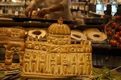 Продукты хлебопекарни в форме Ватикана в хлебопекарне Стоковые Фотографии RF