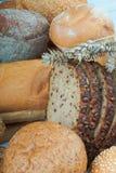 Продукты хлебопекарни и уши пшеницы на таблице Стоковое Изображение