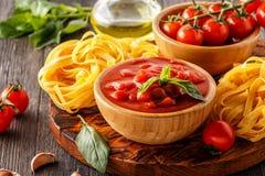 Продукты для варить - томатный соус, макаронные изделия, томаты, чеснок, ol стоковая фотография
