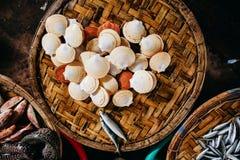 Продукт моря куколя и clam сырцовый на азиатском уличном рынке Стоковое фото RF