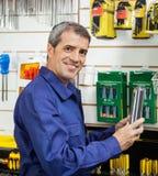 Продукт работника упакованный удерживанием в магазине оборудования Стоковые Фотографии RF