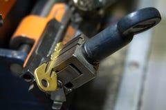 Продукция машины двойного ключа металла Стоковые Изображения RF