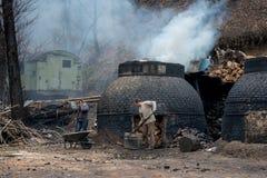 Продукция угля в традиционном образе в лесе Стоковые Изображения RF