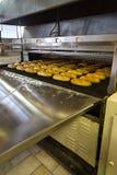 Продукция хлеба в фабрике стоковое изображение rf