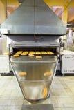 Продукция хлеба в фабрике стоковые фотографии rf