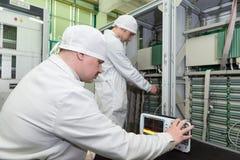 Продукция электронных блоков на высокотехнологичном Стоковое фото RF