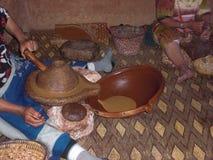 Продукция Argan-масла женщинами стоковая фотография