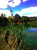 Пруд близко к церков стоковые фотографии rf