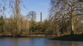 Пруд в парке в Париже Эйфелева башня - взгляд от леса Boulogne стоковые изображения rf