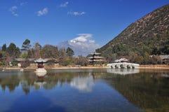 Пруд и висок дракона Lijiang Стоковая Фотография