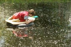 пруд мальчика исследуя Стоковые Изображения RF