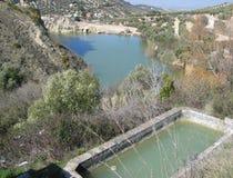Пруд с водой и озером на заднем плане Стоковые Изображения