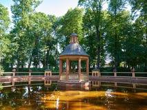 Пруд Bosquet зверинца в саде лета в Санкт-Петербурге, России Стоковое Фото