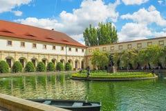 Пруд в саде Wallenstein в Праге с мраморным фонтаном с статуями Геркулеса и наяд Стоковое фото RF