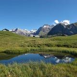 Пруд и горы Стоковые Фотографии RF