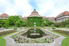 Пруд лилии воды перед ботаническим зданием института в саде Мюнхена ботаническом Стоковое Фото