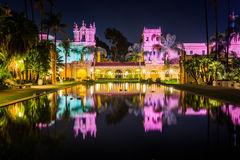 Пруд лилии и ресторан Prado на ноче Стоковые Фото