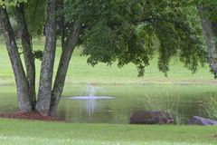 Пруд и фонтан страны Стоковая Фотография RF