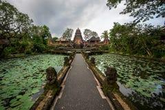 Пруд лотоса и висок Pura Saraswati в Ubud, Бали, Индонезии Стоковое фото RF