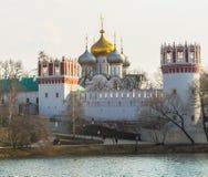 Пруд Novodevichy большой рядом с древними стенами и сторожевыми башнями монастыря Novodevichy в Москве Стоковые Изображения