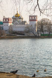 Пруд Novodevichy большой рядом с древними стенами и сторожевыми башнями монастыря Novodevichy в Москве Стоковые Изображения RF