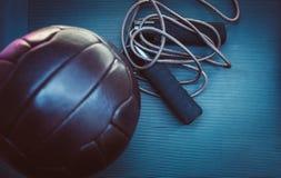 Прыгая веревочка и футбольный мяч стоковая фотография