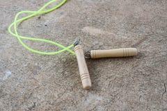 Прыгая веревочка для тренировки на поле цемента Стоковое Изображение RF