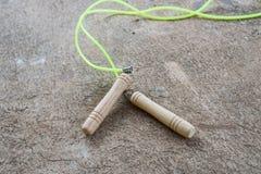 Прыгая веревочка для тренировки на поле цемента Стоковые Фото