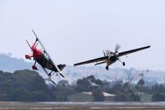Прыгните Stewart летая его сильно доработанный Prometheus самолет-биплана Pitts S-2S с Мелиссой Pemberton летая край 540 стоковые изображения