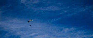 Прыжок с парашютом и полет от земли стоковая фотография