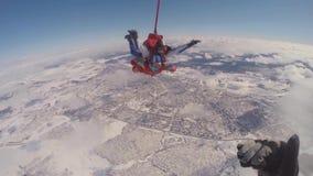 ПРЫЖОК С ПАРАШЮТОМ skydiver в свободном падении сток-видео
