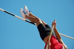 Прыжок с шестом спортсмена стоковые фотографии rf