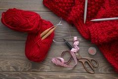 Пряжа концепции needlework натюрморта связала одеяло с большими иглами Деревянная предпосылка с ножницами, пряжей и другими аксес Стоковые Изображения RF