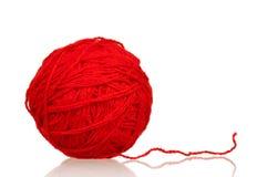 пряжа красного цвета шарика Стоковые Фото