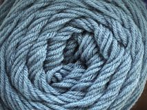 Пряжа шерстей на деревянной предпосылке Стоковое Изображение