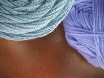 Пряжа шерстей на деревянной предпосылке Стоковая Фотография