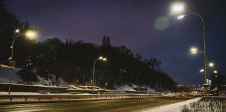 Прямая дорога зимы с tress на обеих сторонах в городе вечером сток-видео