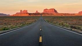 Прямая дорога исчезая в долину памятника стоковые фото