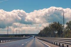 Прямая проселочная дорога асфальта Раскройте дорогу до поля a весны Стоковое фото RF